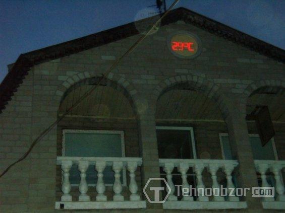 два дисплея: большой светодиодный - для улицы, и маленький ЖКИ