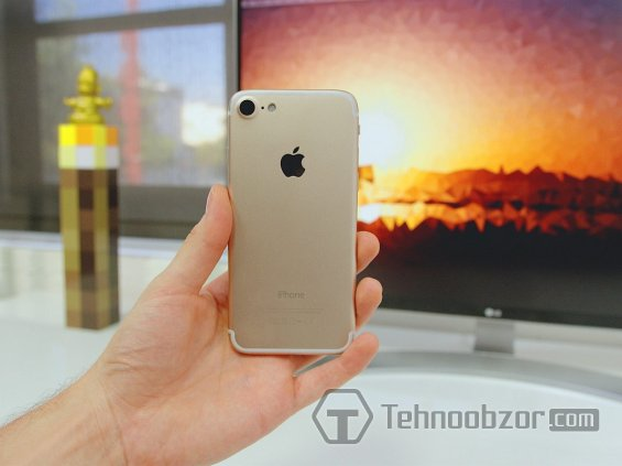 Реплика iPhone 7 в руке