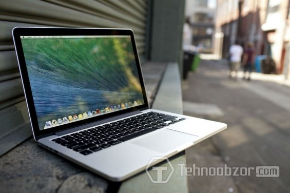 MacBook на парапете