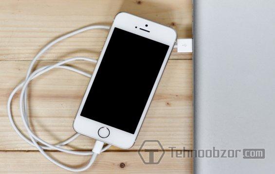 iPhone SE заряжается