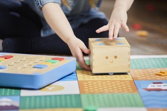 Ребёнок учится програмировать с роботом-игрушкой Cubetto