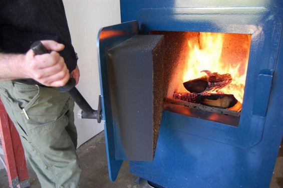 Дрова горят внутри загрузочной камеры твердотопливного котла